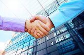 Händeschütteln von zwei Geschäftsleuten