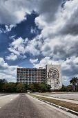 Fachada con el Che Guevara junto a la Plaza de la revolución en cielo pesado de la Habana