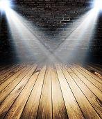 Licht auf Holzfußboden im leeren Raum