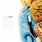 Spa y Wellness-anti-cellulitis spa masaje cepillo, esponja, toalla y jabón sobre blanco (con r fácil
