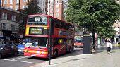 Постер, плакат: Верхом красный автобус в улица в лондонском Сити
