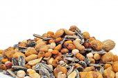 Постер, плакат: много соленого смешанного жареные орехи как арахис семена кукурузы нута и семян подсолнечника
