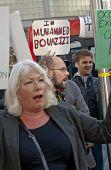 Exeter Unterstützer zu besetzen und Teilnehmer Marsch durch Exeter City Center mit Plakaten während der