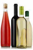 Quatro garrafas de vinho.