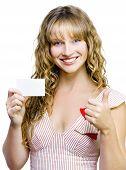 Otimista mulher bonita com cartão