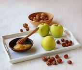Äpfel, Honig und Nüssen auf einem weißen Tablett