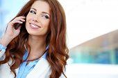 Pretty young Business-Frau mit Handy