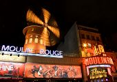 PARIS - 19. APRIL: Moulin Rouge in der Nacht, am 19. April 2013 in Paris, Frankreich. Moulin Rouge ist ein f