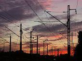 Eisenbahninfrastruktur gegen den Sonnenuntergang Himmel 0920 01