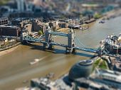 Luftaufnahme Tower Bridge und London City Hall, Tilt-Shift-Effekt, England, UK