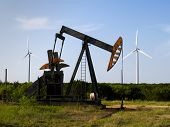 pic of oil well  - West of Abilene Texas  - JPG