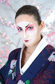 Retrato artístico do Japão gueixa mulher com maquiagem criativa perto de árvore de Sakura