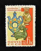 URSS - por volta de 1963: Um selo impresso em a USSR mostra ucraniano cerâmica tradicional, por volta de 1963.