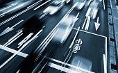 Tiempo de la acometida del tráfico con movimiento de coches borrosa en la ciudad moderna.
