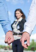 Cerrar vista de manos de las esposas y el agente del Fbi sobre fondo