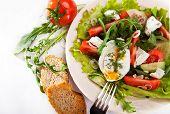 Salada primavera de luz com ovo pochê