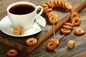 Pequeños panecillos en Placer y una taza de té.