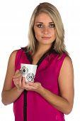 Junge Frau hält eine Tasse