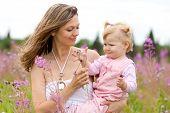 Mutter und Tochter auf Wiese im freien