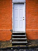 Orange Wand mit Tür