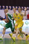 Kiew, UKRAINE - AUGUST 8: Jokubas Svambaris von Litauen Angriffe während der U16 Europameisterschaft 2013 Fir