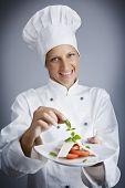 Постер, плакат: Портрет женский шеф повар составление сыр и помидор стартера