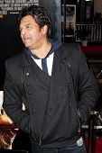 HOLLYWOOD, CA. - 7 de dezembro: Erik Estrada chega a Los Angeles estréia de The Fighter no Grauman