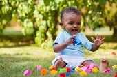 wenig Afroamerikaner jungen spielen im Gras