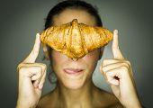 Studio, Frau mit Croissant