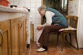 abuela en la cocina