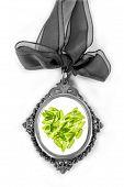 Постер, плакат: Камея Серебряный медальон с зеленым базиликом листья сердцем