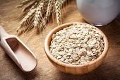 Постер, плакат: Oatmeal rolled oats oat flakes in wooden bowl
