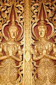 Tür der buddhistischen Kirche im Thai Stil
