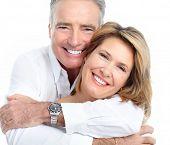 Senior sorridente casal apaixonado. Sobre fundo branco.