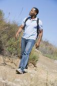 Постер, плакат: Человек идет по пути к пляжу
