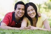 Casais, encontrando-se ao ar livre, sorrindo