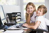 jungen und Mädchen im home-Office mit Computer lächelnd
