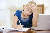 junges Mädchen mit Laptop Hausaufgaben im Speisesaal unglücklich suchen