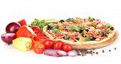 Deliciosa pizza com ingredientes em torno de isolado no branco