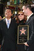 Los Angeles, ca Dec 14: Freddie Prinze Jr.; seine Mutter Cathy; George Lopez im Rahmen einer Zeremonie in dem Fred