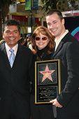 LOS ANGELES, CA - DEC 14: Freddie Prinze Jr.; seine Mutter Cathy; George Lopez im Rahmen einer Zeremonie in dem Fred