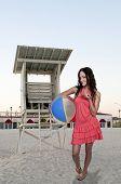 Mulher segurando Beachball