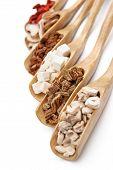 Hierbas chinas en cucharas de madera