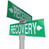Un signo calle de dos vía verde apuntando a la recesión y recuperación en direcciones opuestas, indicando tha