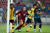 BUKIT JALIL - 13 de julio: Carlos Vela del Arsenal (azul) espera un tiro de esquina contra Malasia el 13 de julio