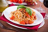 Espaguetis con tomates cherry de atún y alcaparras.