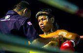 CHANG, THAILAND - FEB 22: Unidentified Muay Thai Kämpfer konkurrieren in einem Amateur Kickbox-Match, Jan