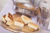 Tablett mit frisch gemacht italienischen Brot am Tisch serviert.