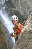 Mujer subir una cascada