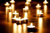 Muchas velas ardientes con profundidad de campo